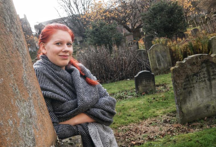 זכתה להמון מבטים מוזרים. אנה אוטורבק בבית הקברות