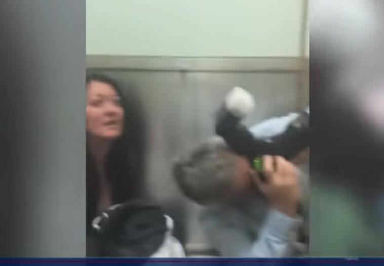 חלק מהנוסעים במעלית בבניין הנקוק. צילום מסך: חדשות סיביאס שיקגו