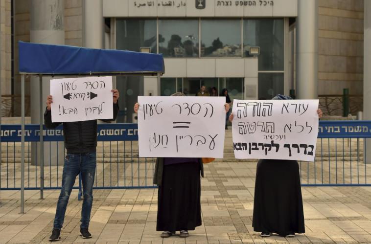 מפגינות נגד הרב עזרא שיינברג. צילום: מאיר וקנין