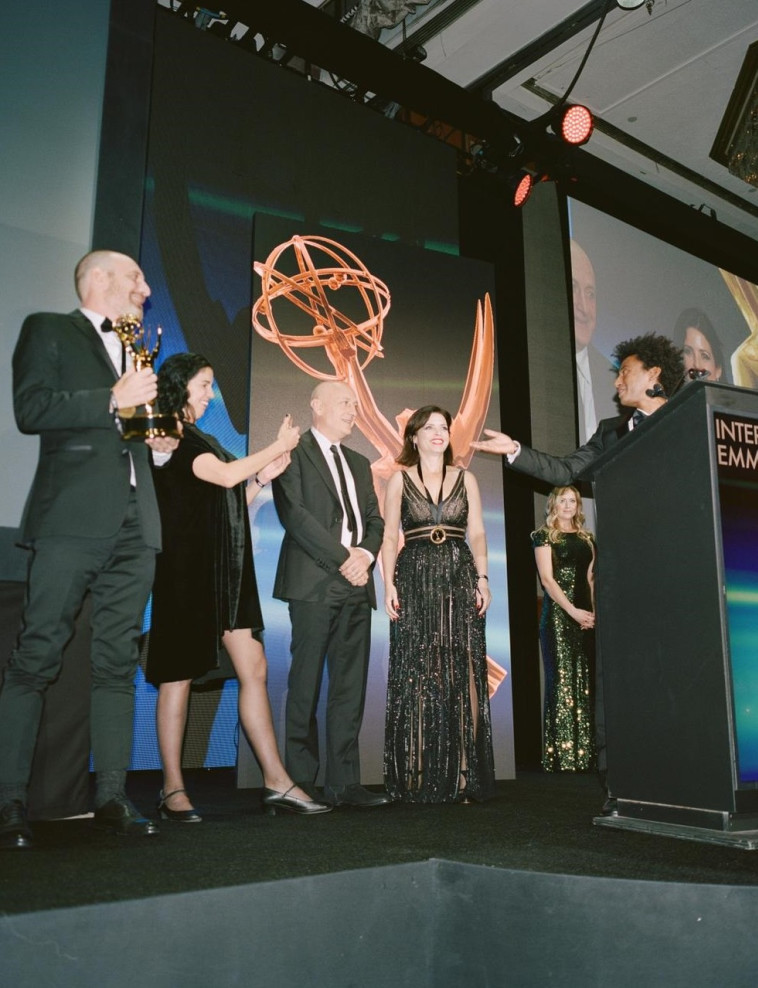 יוצרי ושחקני נבסו מקבלים את הפרס. צילום: נעה גרייבסקי