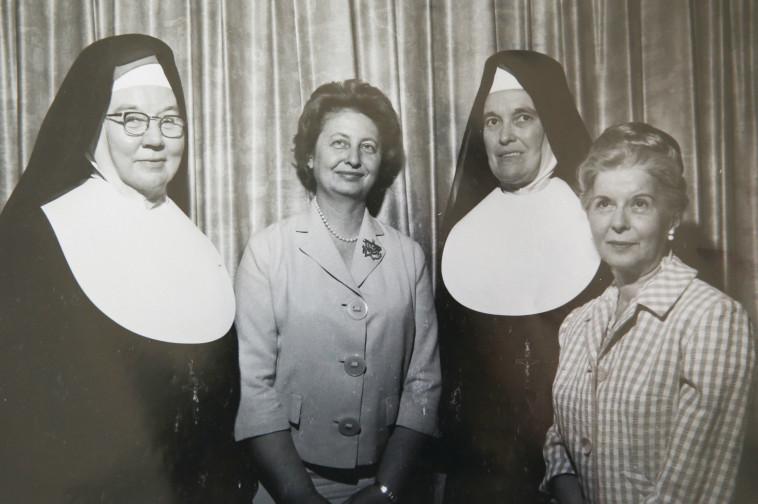 תמר אשל עם נזירות מכנסיית הדור מיציון בירושלים, בתחילת שנות ה־ 70. צלם רפרודוקציה: מירי צחי