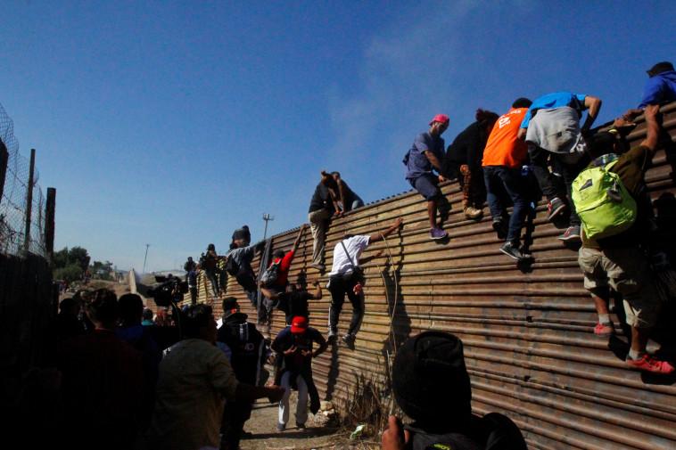 """מהגרים בגבול ארה""""ב-מקסיקו. צילום: רויטרס"""