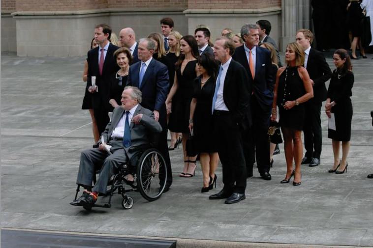ג'ורג בוש בהלווית רעייתו ברברה. צילום: רויטרס