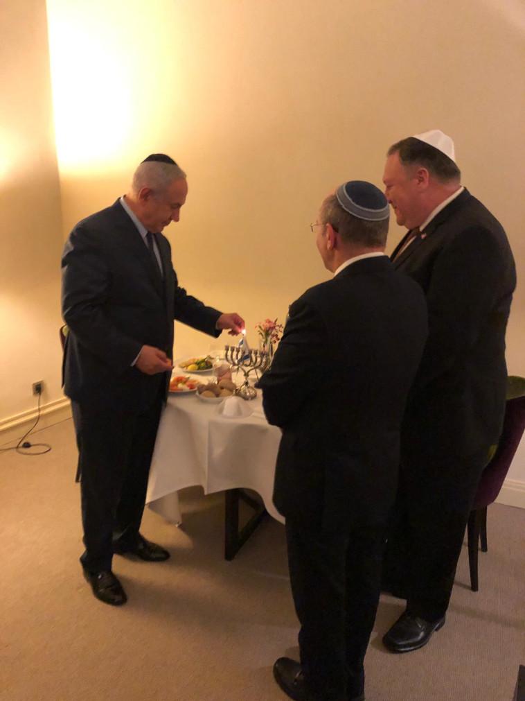 """ראש הממשלה נתניהו ומזכיר המדינה פומפאו בהדלקת נרות בבריסל. צילום באדיבות לשכת רה""""מ"""