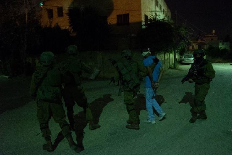 """חיילי צה""""ל עוצרים את אחד החשודים. צילום: דובר צה""""ל"""