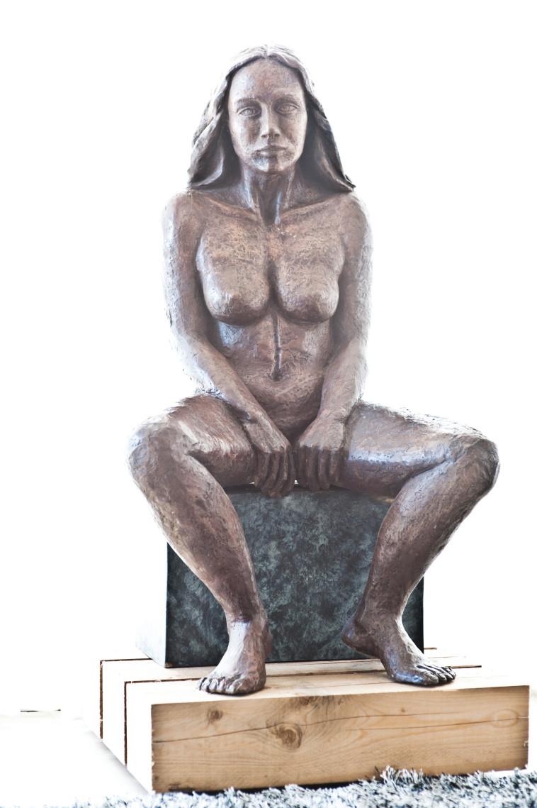 פסל של אסתי קסטרו. צלם : פיני סילוק
