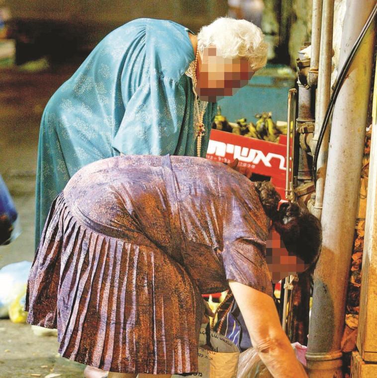 קשישים מחפשים אוכל (צילום: אוליבייר פיטוסי, פלאש 90)