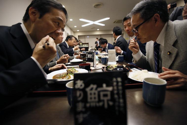מחוקקים יפנים אוכלים בשר לווייתן במסעדה בטוקיו. צילום: רויטרס