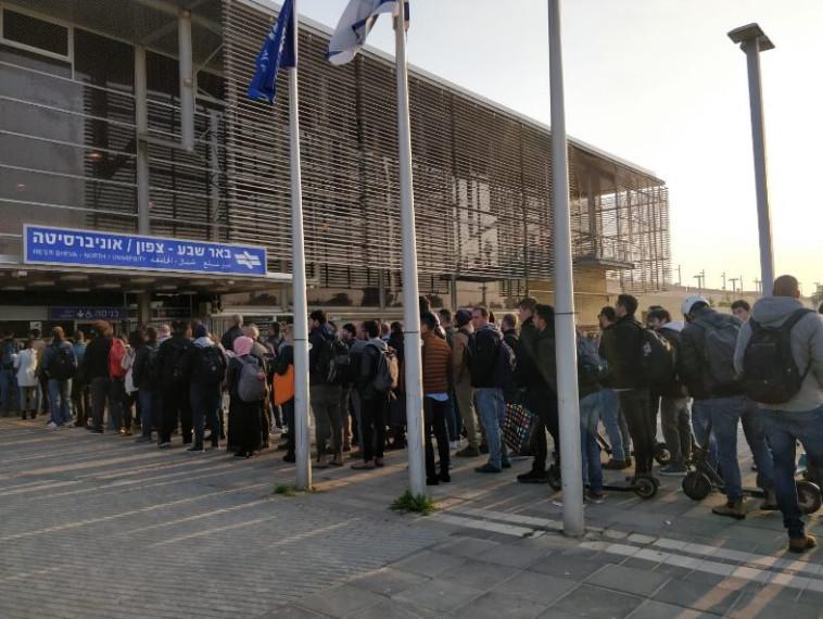 התור בתחנת האוניברסיטה בבאר שבע (צילום: רותם מלול)
