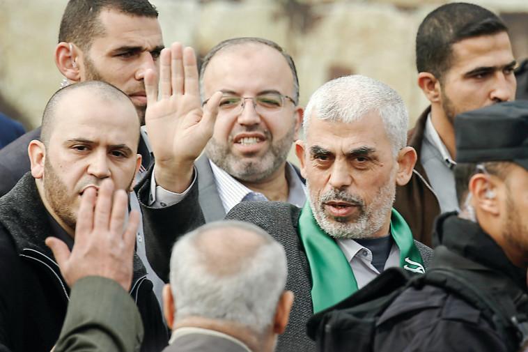 """""""חשש להסלמה ששני הצדדים לא רוצים"""". מנהיג חמאס יחיא סנוואר. צילום: AFP"""