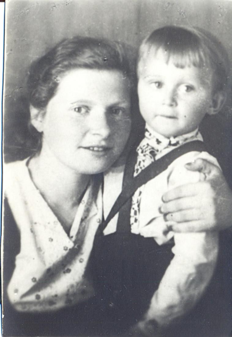 ויזלטיר ואחותו בתיה 1944. צילום פרטי