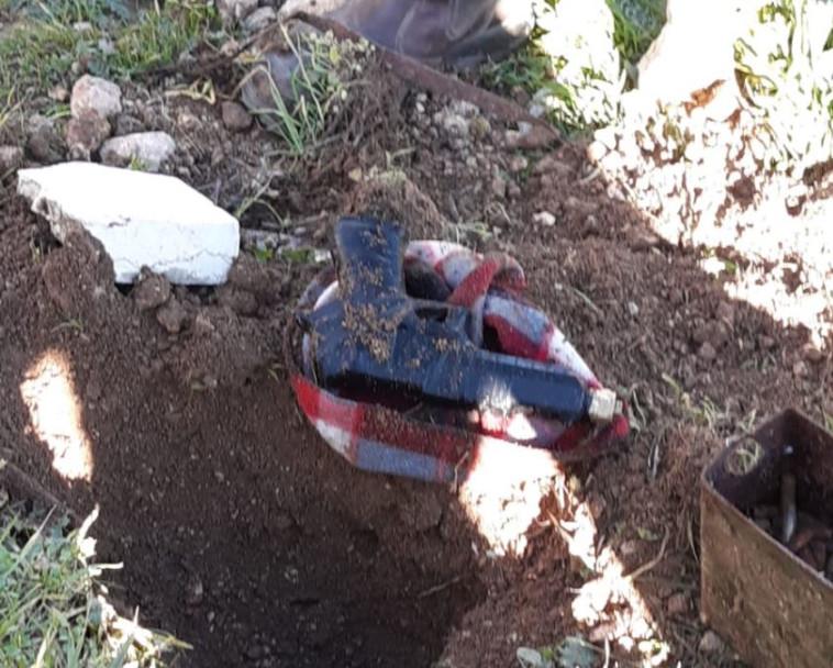 """אחד הנשקים שהוחבא באדמה. צילום: דובר צה""""ל"""