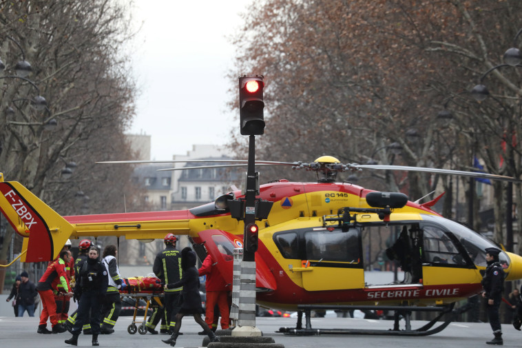 הדרך נחסמה לאמבולנסים. מסוק חילוץ בזירת הפיצוץ, צילום: AFP