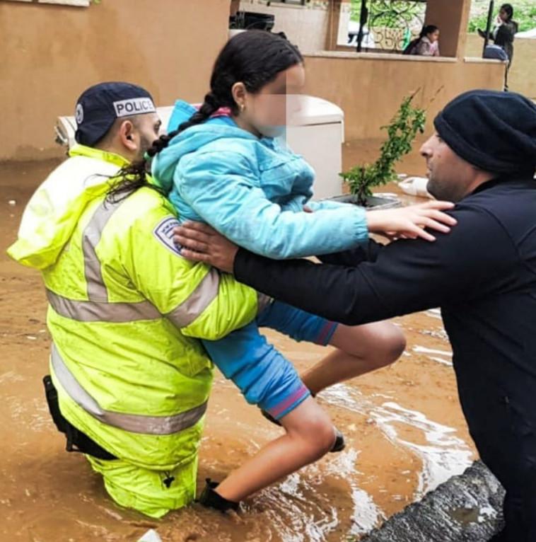 חילוץ תושבים מההצפות בסכנין. צילום: דוברות המשטרה