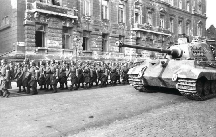 טנק גרמני בבודפשט צילום Bundesarchiv