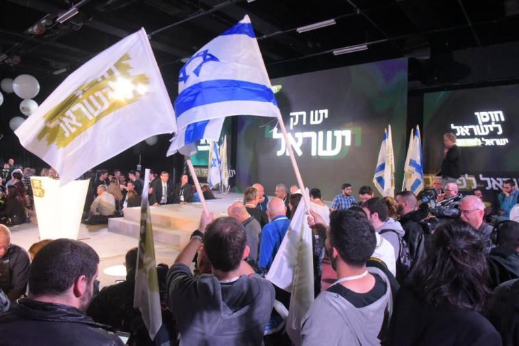 פעילי חוסן לישראל בגני התערוכה. צילום: אבשלום ששוני