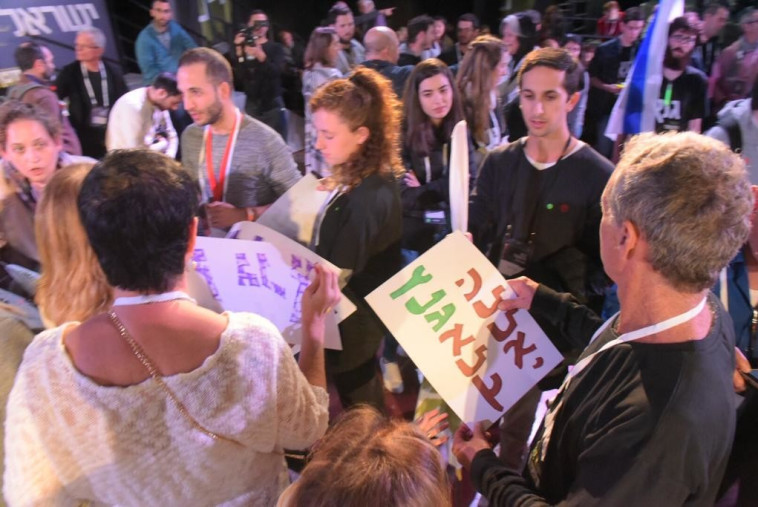 מאות הגיעו לשמוע את גנץ. צילום: אבשלום ששוני