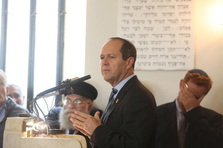 ניר ברקת ויהודה גליק בהלוויית הרב יחיאל אקשטיין. צילום: מרק ישראל סלם