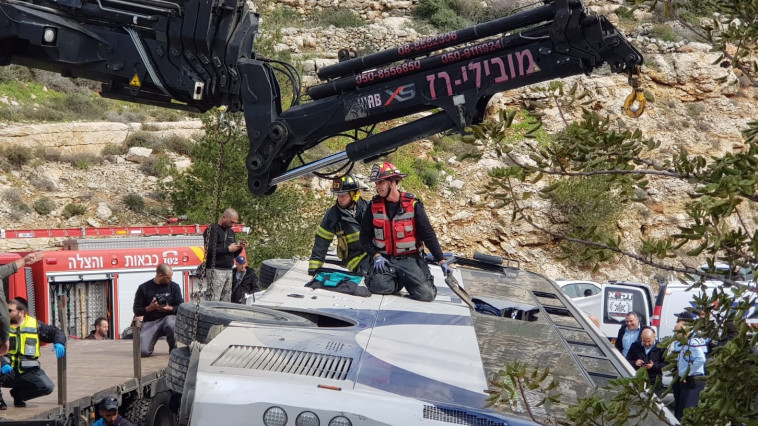 """חילוץ הלכודים באוטובוס. צילום: תיעוד מבצעי מד""""א"""