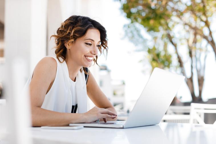 אישה מול מחשב, צילום אילוסטרציה (צילום: istockphoto)