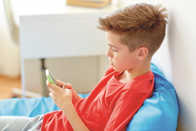 ילד עם סמארטפון (צילום: אינג אימג')