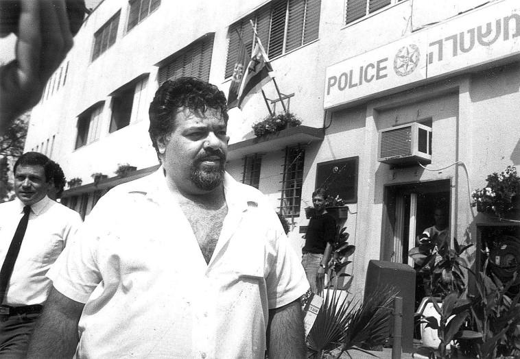 """רפי גינת מחוץ לתחנת משטרת פ""""ת, 1989, אחרי תלונת השווא על שוחד מיני שהוגשה נגדו . צלם : נאור רהב"""