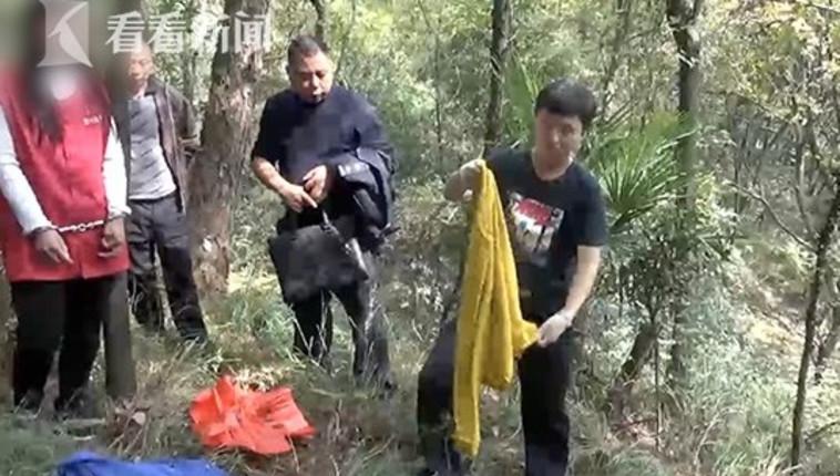ג'או (משמאל) יחד עם השוטרים ביער. צילום מסך