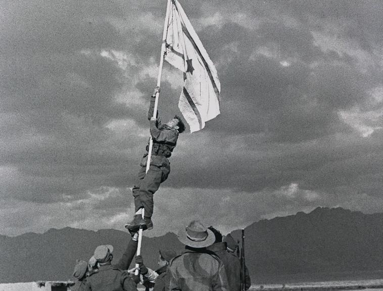 הנפת דגל הדיו (צילום: מיכה פרי, לע''מ)