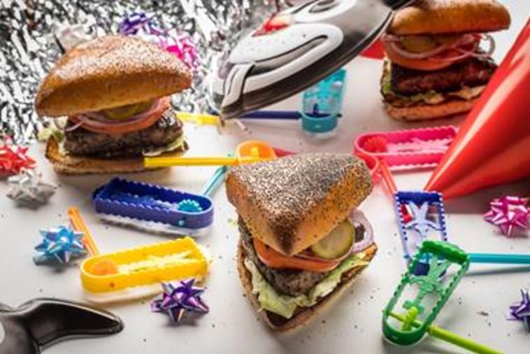 """המבורגר אוזן המן של מוזס. צילום: יח""""צ"""