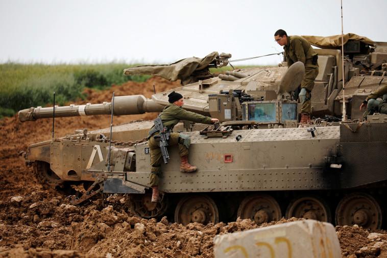 """חיילי צה""""ל בסמוך לגבול רצועת עזה, למצולמים אין קשר לכתבה. צילום: רויטרס"""