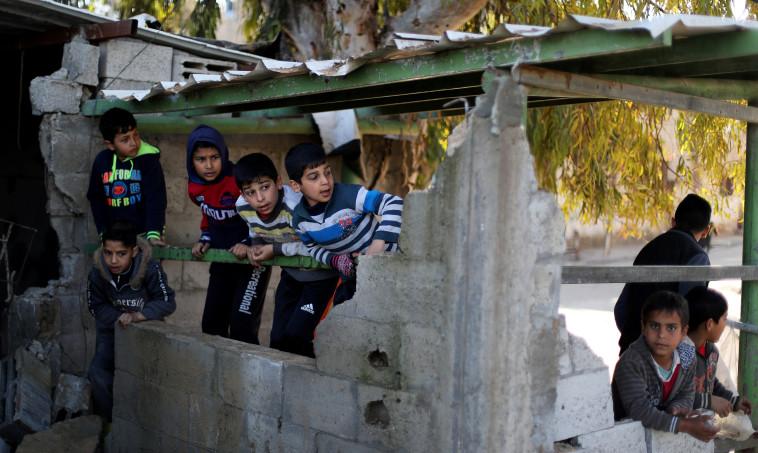 ילדים פלסטינים בבניין הרוס של חמאס בעזה. צילום: רויטרס