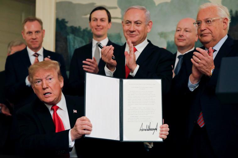 דונלד טראמפ והצו המכיר בריבונות ישראל (צילום: רויטרס)