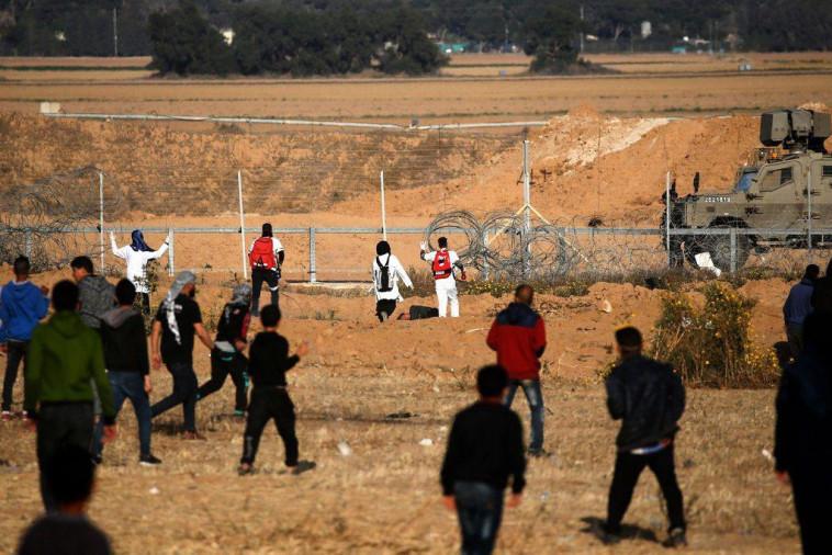 פלסטינים מתפרעים על גדר המערכת. צילום: רשתות ערביות