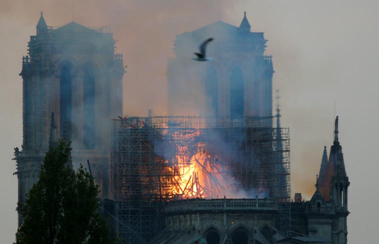 השריפה בנוטרדאם. צילום: רויטרס