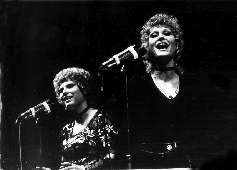נירה וגליה רבינוביץ' בפסטיבל בשנת 1971. צילום: חנניה הרמן