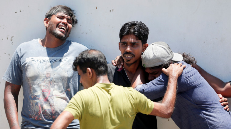 אזרחים מקומיים מתקשים לעכל את הטבח. צילום: רויטרס