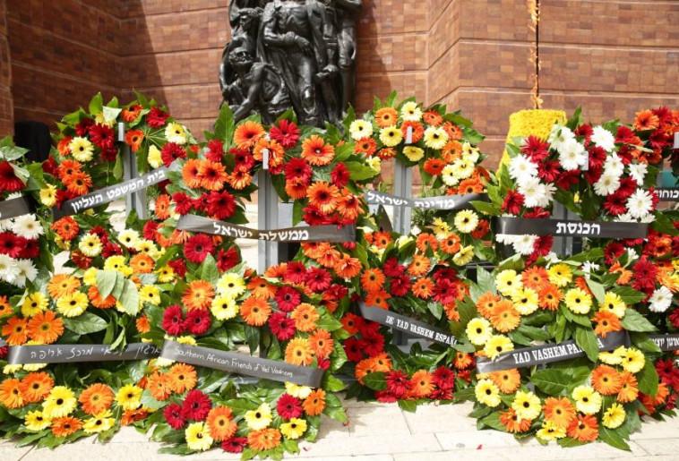 """זרים על האנדרטה במוזיאון """"יד ושם"""". צילום: אסתי דזיובוב, TPS"""