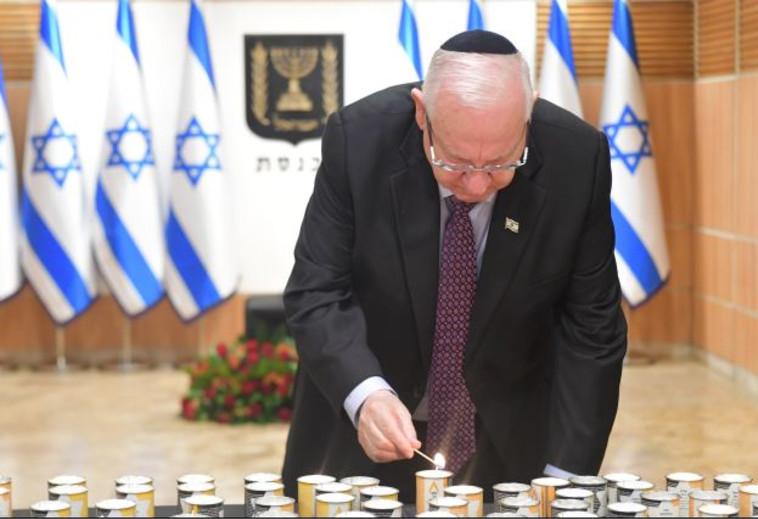 הנשיא ראובן ריבלין מדליק נרות זיכרון בכנסת. צילום: איתי בית און