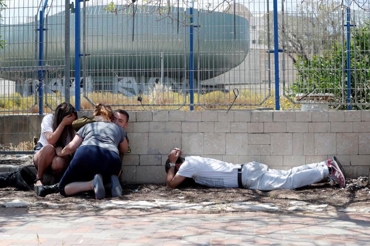 אזרחים באשקלון בעת אזעקה. צילום: רויטרס