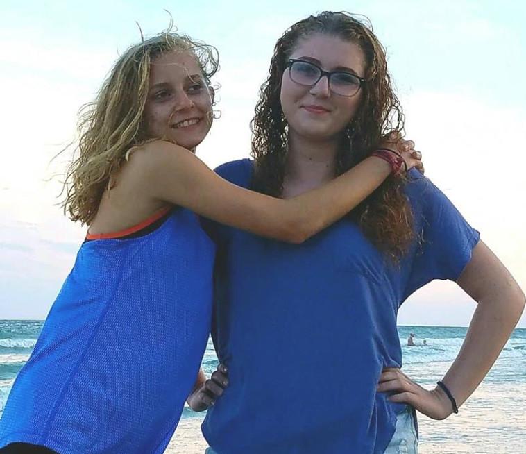 קייטלין ואחותה ג'ניפר. פייסבוק