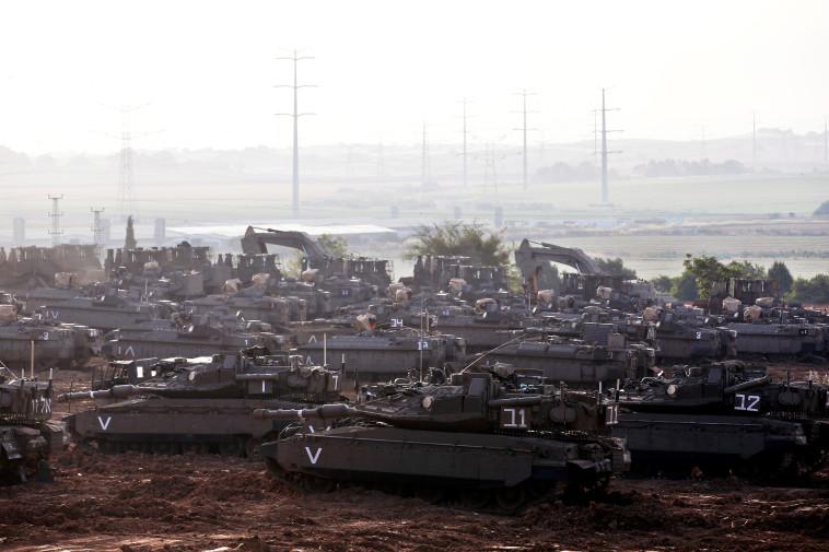 """טנקים של צה""""ל בגבול רצועת עזה. צילום: רויטרס"""
