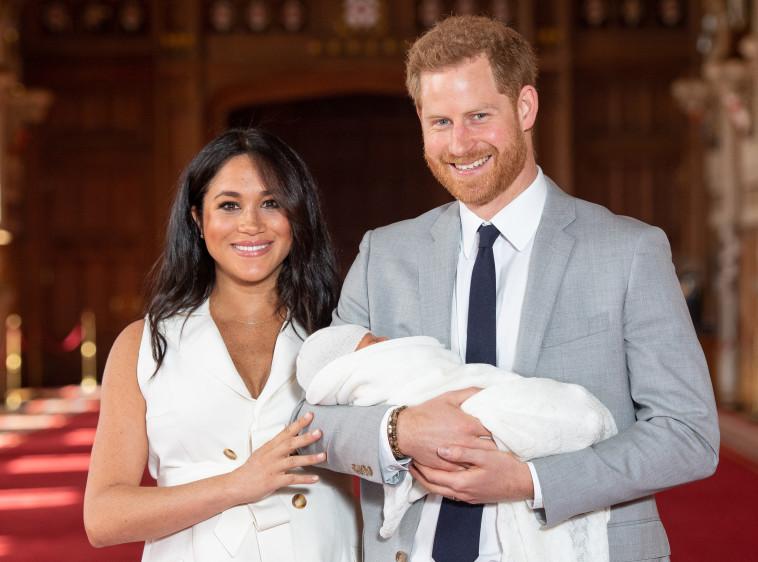 הנסיך הארי והדוכסית מייגן מרקל עם התינוק. צלם : דומיניק ליפינסקי/AFP