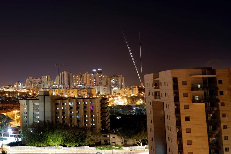 שיגור רקטות מרצועת עזה. צילום: רויטרס
