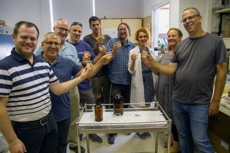 צוות החוקרים עם בקבוקי הבירה החדשה-ישנה שיוצרו במעבדות, צילום: יניב ברמן, באדיבות ראשות העתיקות