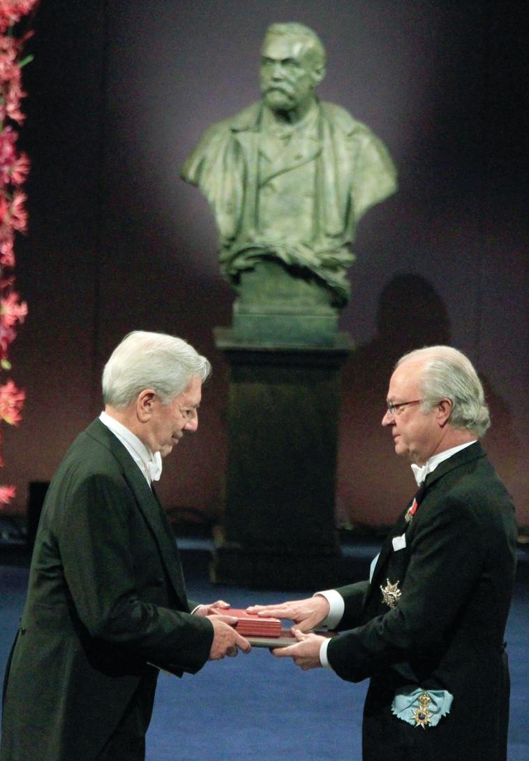 בזכות ההגנה על הדמוקרטיה. מריו ורגס יוסה זוכה בפרס נובל.  רויטרס