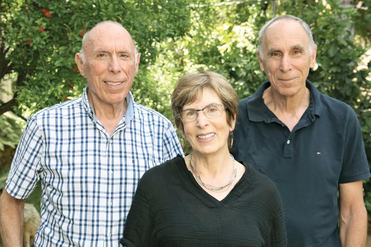 גדי, יעל ואברהם, ילדיו של אהרן קציר. צילום: אריאל בשור