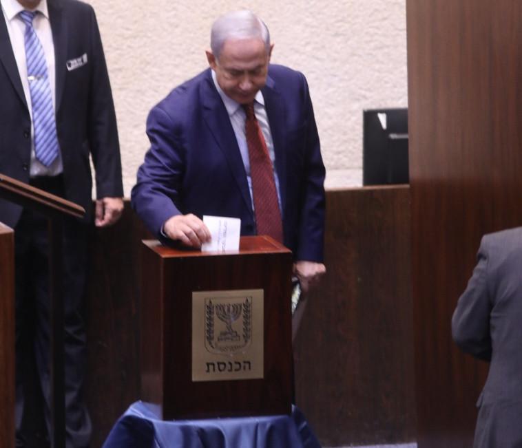 נתניהו מצביע בכנסת. צילום: יצחק הררי, דוברות הכנסת