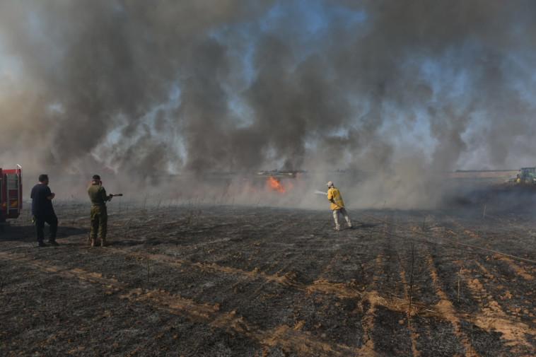 הצתה כתוצאה מבלוני תבערה סמוך לנחל עוז (צילום: אביב הרץ, TPS)