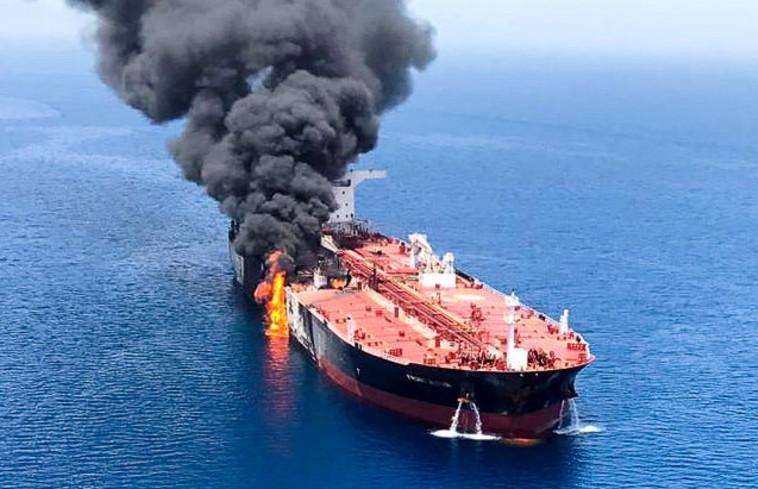 תקיפת מכלית במפרץ הפרסי. צילום: רויטרס