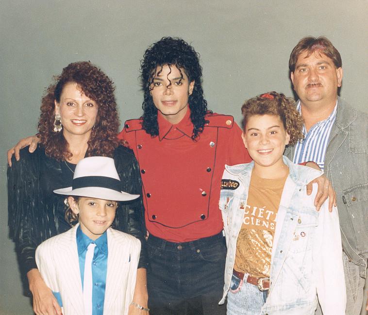 """ווייד רובסון ומשפחתו עם מייקל ג'קסון ב-2006, מתוך """"לעזוב את נוורלנד"""". צילום: yes"""